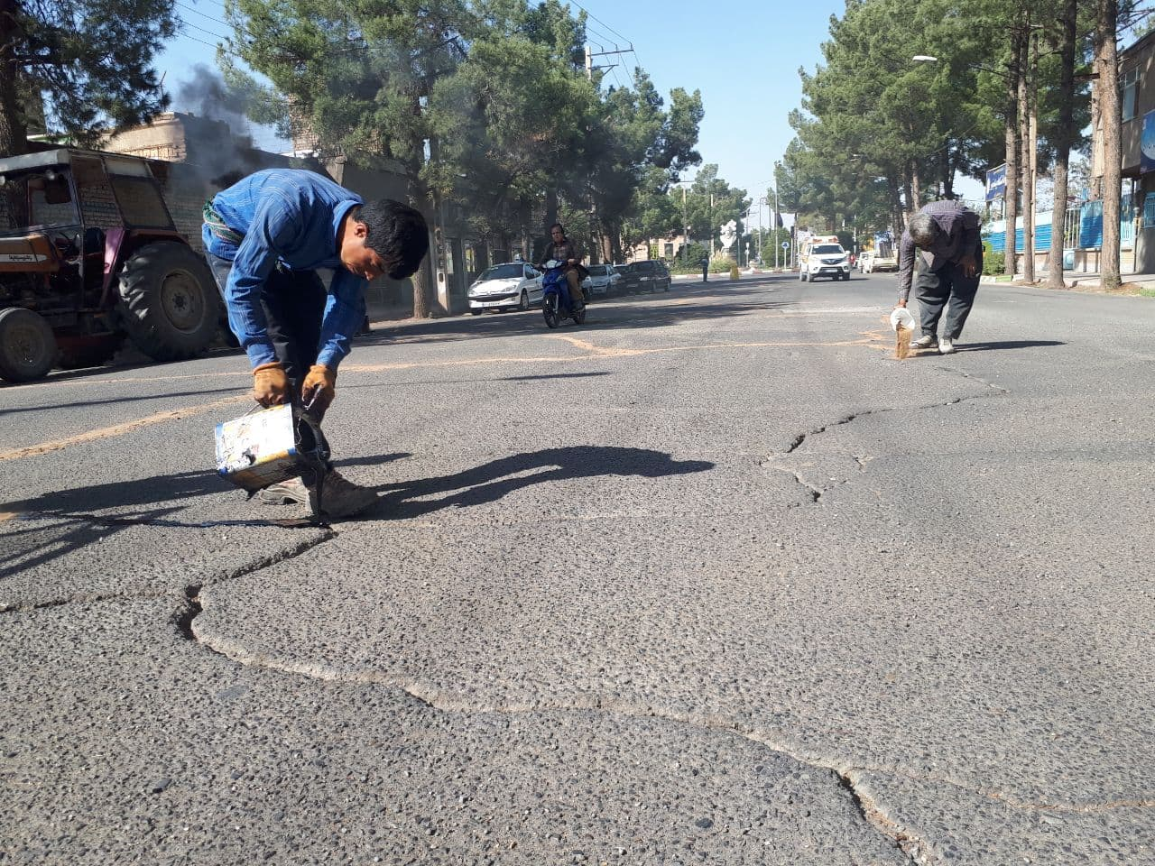 اجرای عملیات مرمت و درزگیری آسفالت خیابانهای اصلی شهر فیض آباد